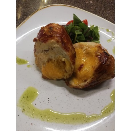Cheddar sajttal töltött csirkemell panchettába tekerve, pisztáciás, aszaltparadicsomos pestóval